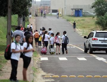 EDUCAÇÃO FINANCEIRA - Estudantes em Londrina. Graças a cidadãos voluntários, a prefeitura comprou uniformes escolares (Foto: Gilberto Abelha/Agência de Notícias Gazeta do Povo)