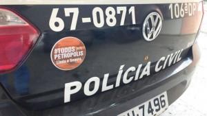 Viatura da polícia civil, com o adesivo de #TodosPorPetrópolis