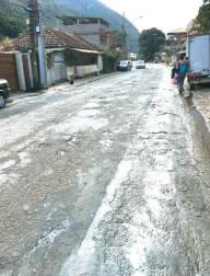 Em estado de completo abandono, o asfalto já não existe em Pedro do Rio. (foto Tribuna)